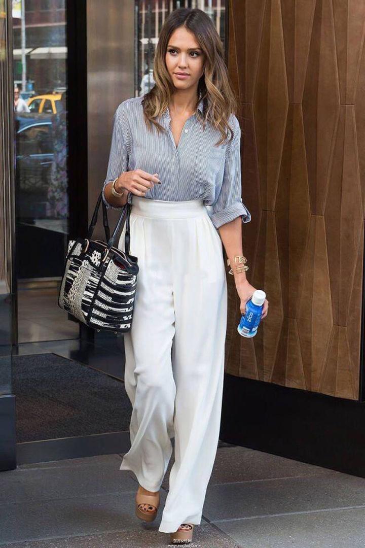 Белые брюки женские: широкие под рубашку серую