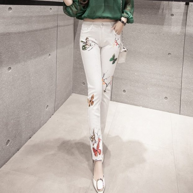 Белые брюки женские: узкие штаны под блузку зеленую