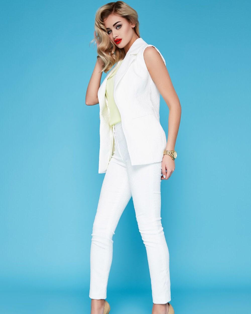 Белые брюки женские: узкие под жилетку