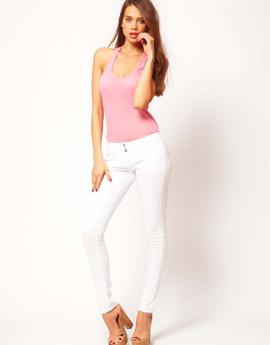 Белые брюки женские: узкие под майку розовую