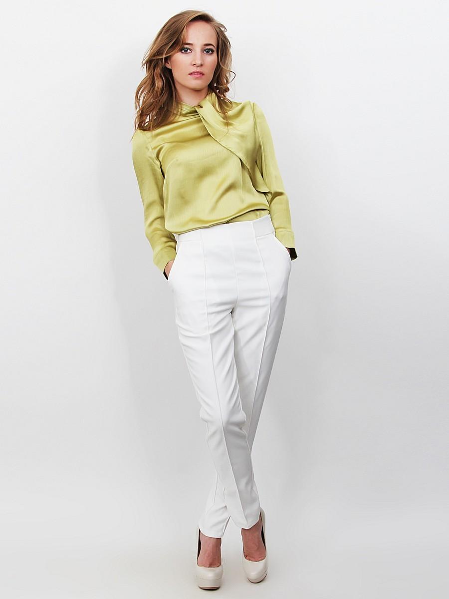 Белые брюки женские: короткие под блузку зеленую и туфли