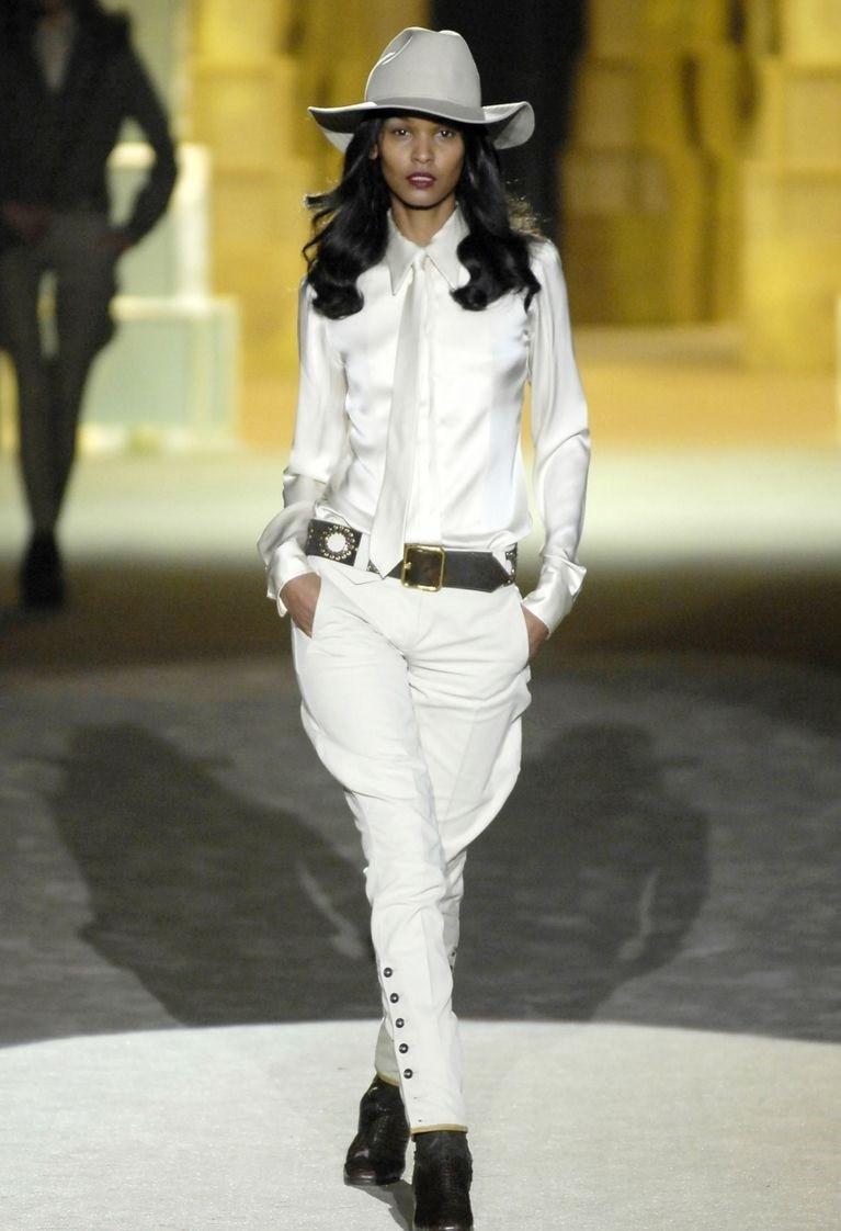 Белые брюки женские: галифе под рубашку галстук