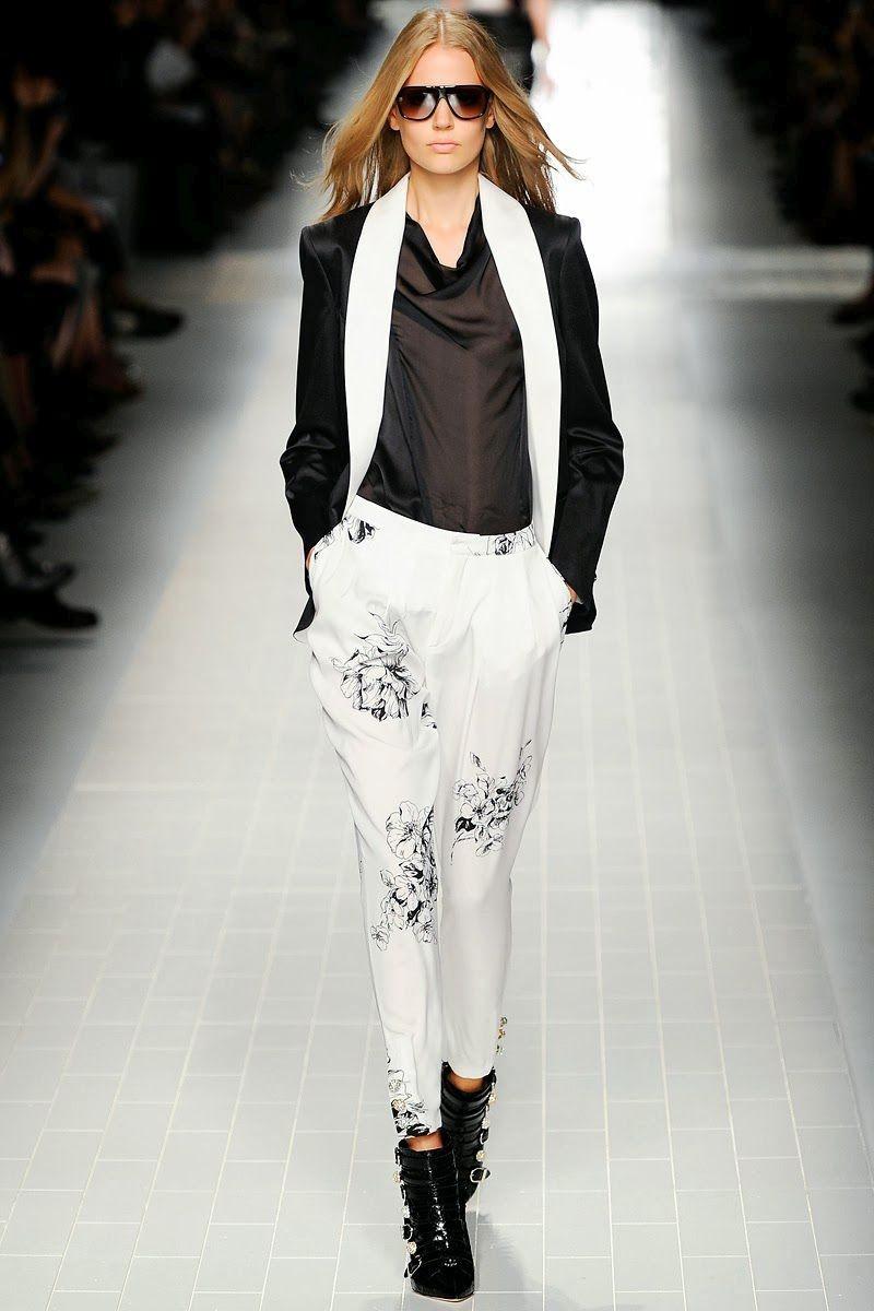 Белые брюки женские: галифе под черную рубашку