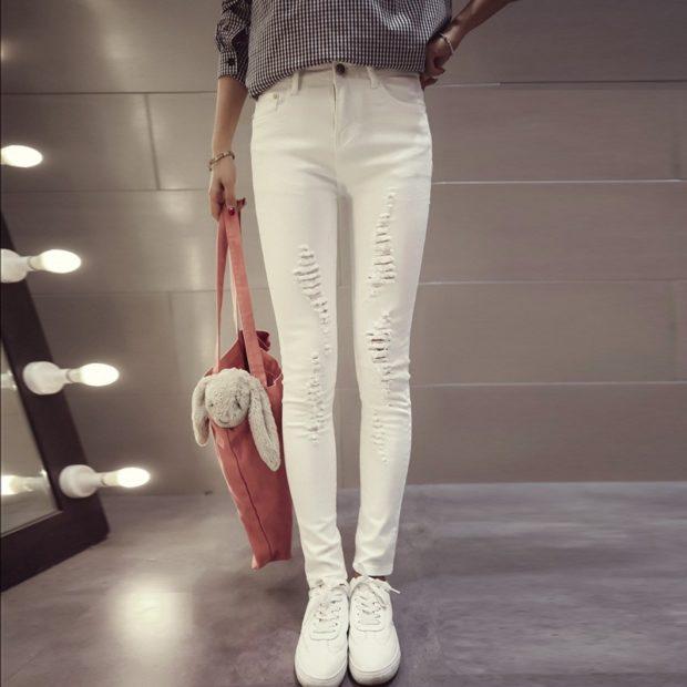 Белые брюки женские: джинсы под кофту кеды
