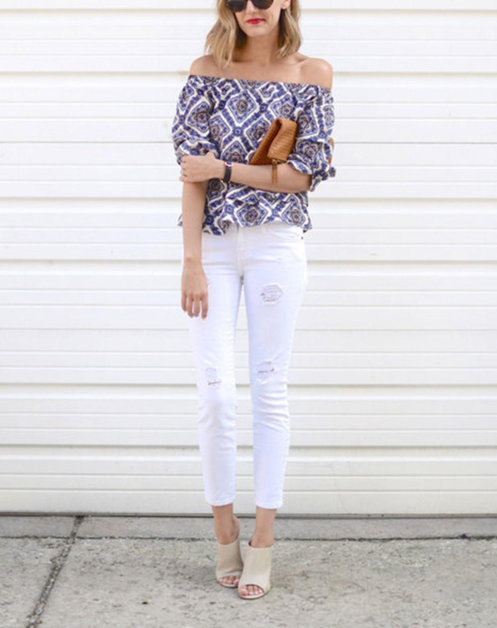 белые брюки с чем носить женские: джинсы под блузку яркую с открытыми плечами