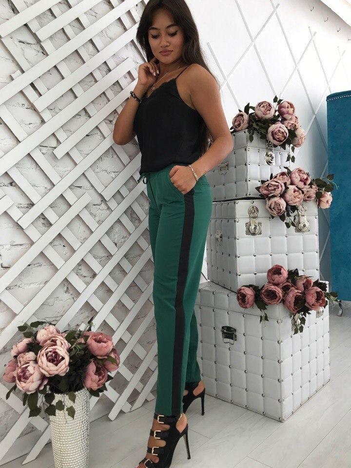 брюки весна-лето 2018: зеленые с черные с лампасами
