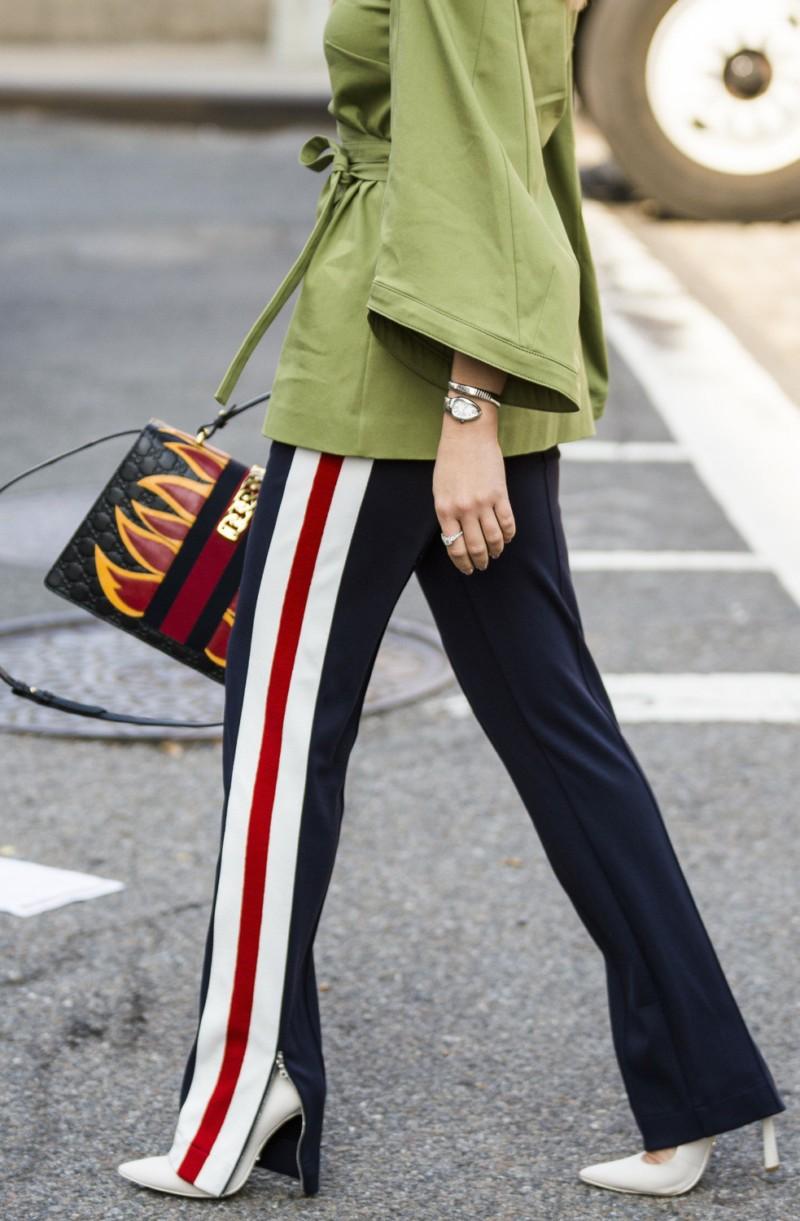 брюки весна-лето 2018: с лампасами белыми красными клеш