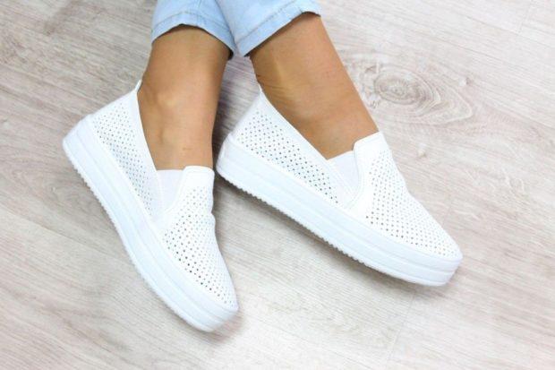 с чем носить женские слипоны: белая на толстой подошве