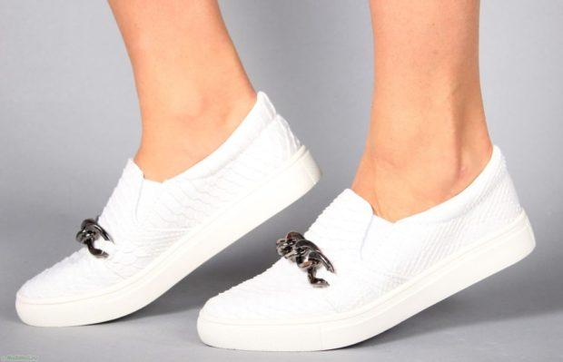 с чем носить женские слипоны: белые кожаные с фурнитурой