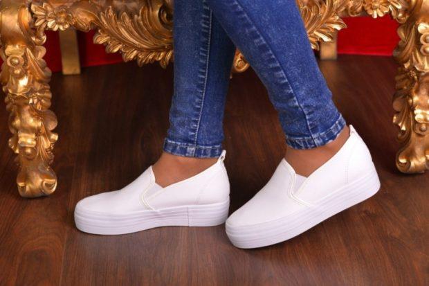 Слипоны женские с чем носить: белые под джинсы