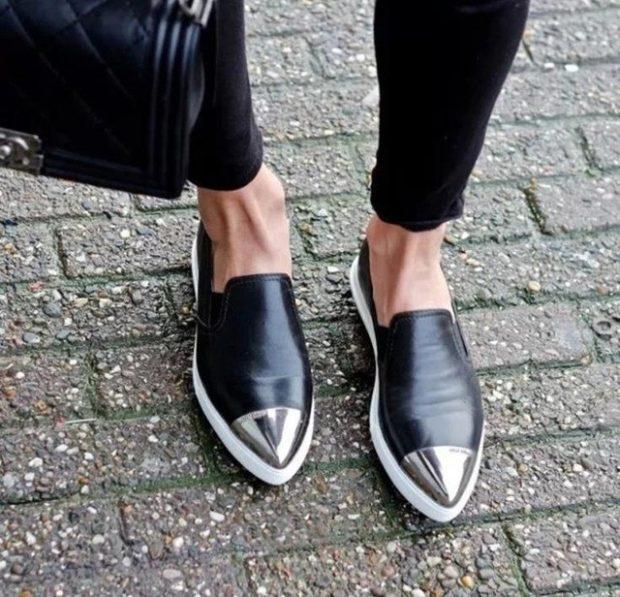 с чем носить женские слипоны: черные острый носок с серебром