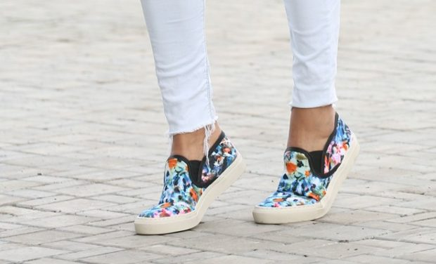Слипоны женские с чем носить: цветные под светлые джинсы
