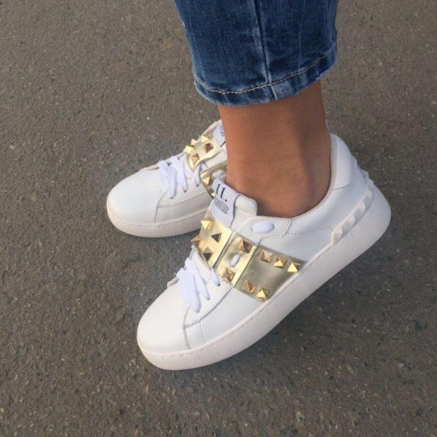 с чем носить женские слипоны: белые с золотом