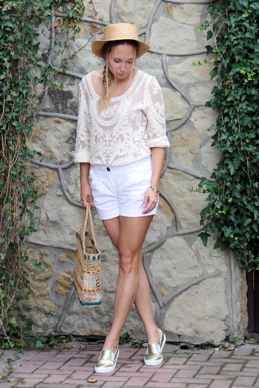 Слипоны женские фото с чем носить: золотые под белые шорты