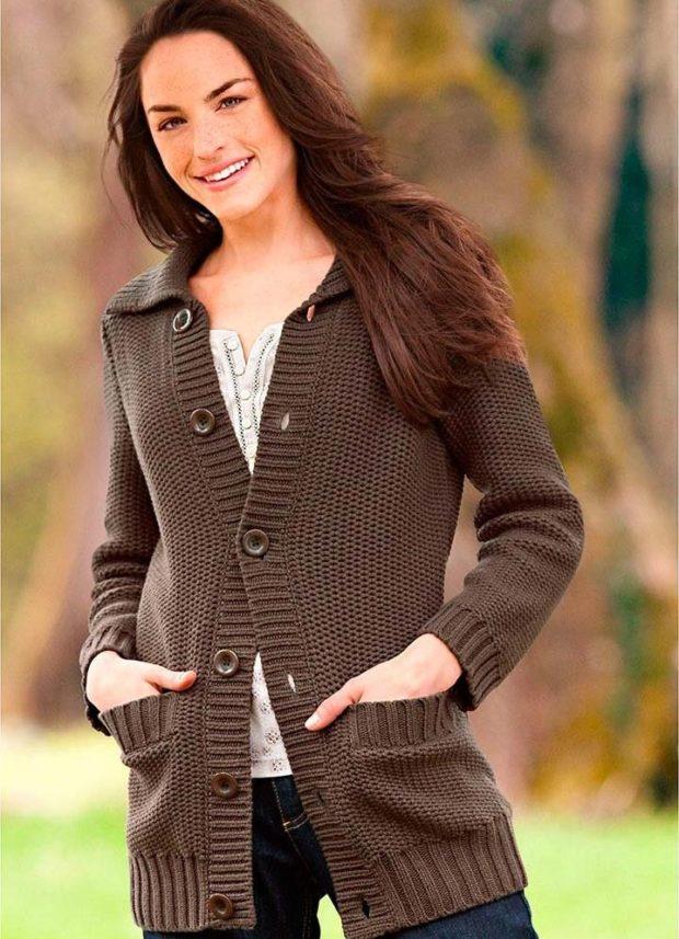 Модные кардиганы осень зима 2019-2020: вязанный с пуговицами коричневого цвета