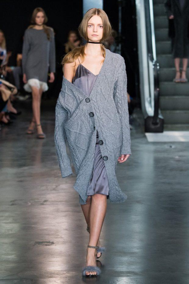 Модные кардиганы осень зима 2019 2020 вязанный с пуговицами темно серого цвета