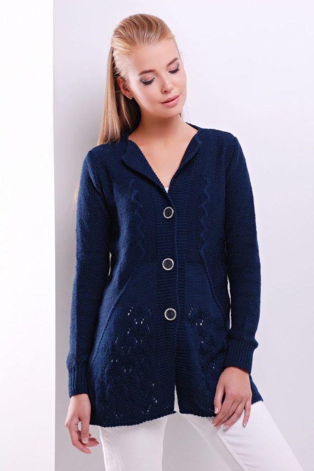 Модные кардиганы осень зима 2019 2020 вязанный с пуговицами синего цвета