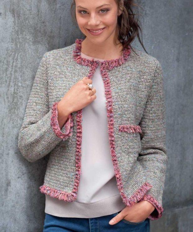 Модные короткие кардиганы осень зима 2019 2020 короткий, серого цвета с розовыми вставками