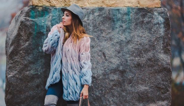 Модные кардиганы Лало осень зима 2019 2020 вязанные переходящий цвет с розового в голубой цвет