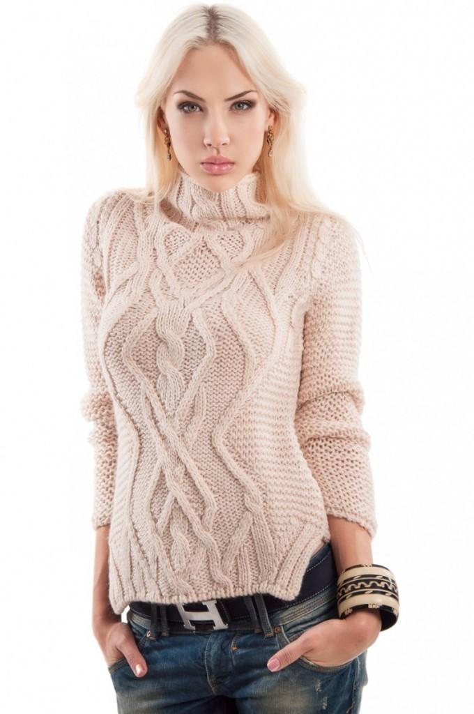 Модные образы осень-зима 2018: свитер светлый вязанный