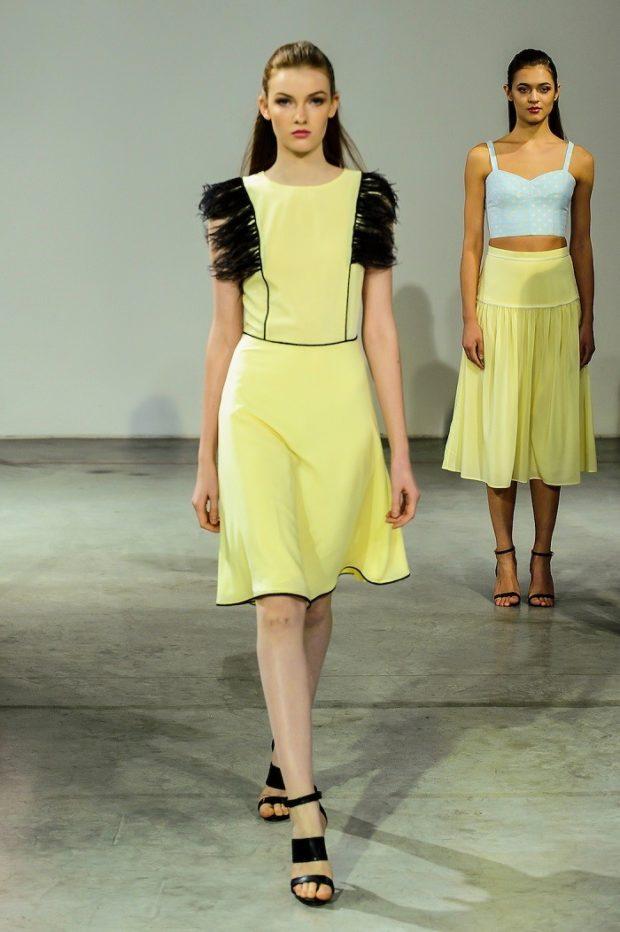 Модные образы весна лето 2021: платье желтое с черным юбка желтая