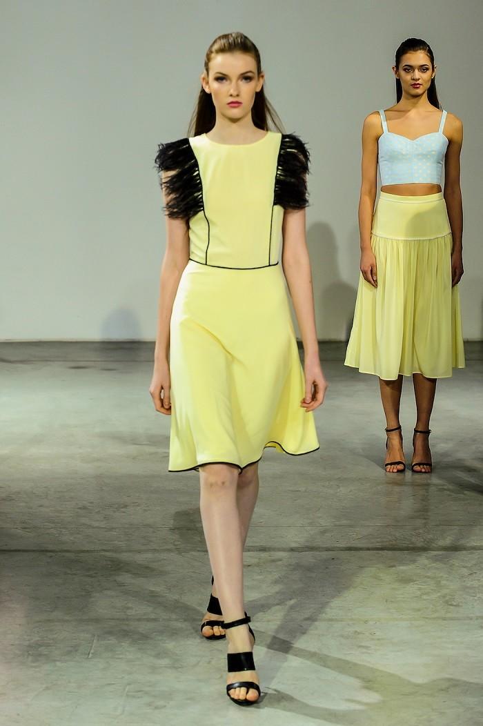 Модные образы весна лето 2018: платье желтое с черным юбка желтая
