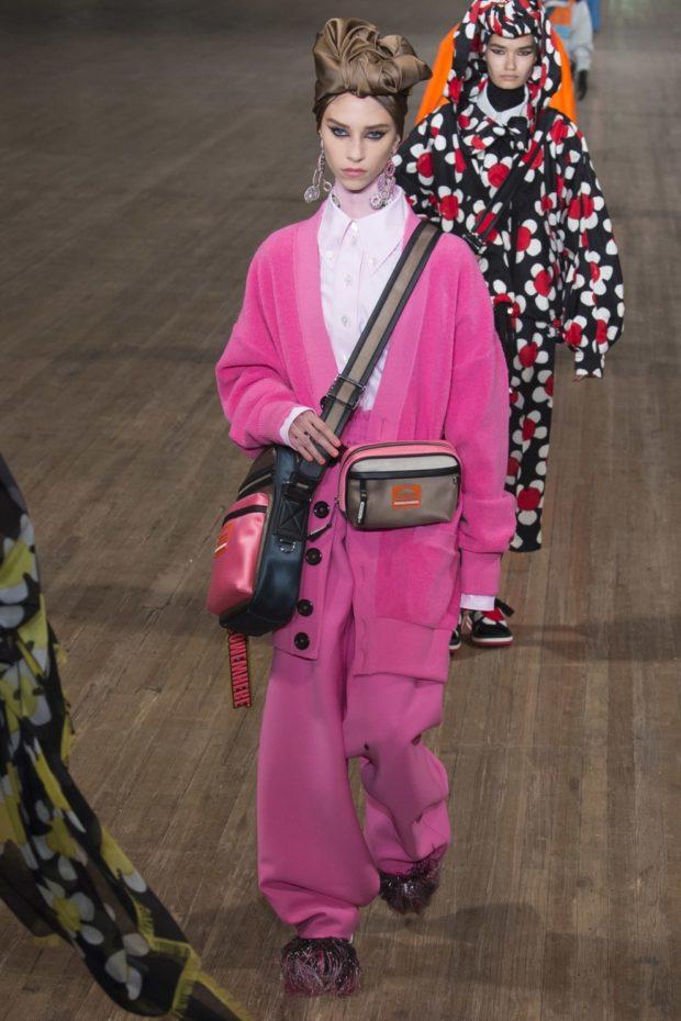 Модные образы весна лето 2021: розовый костюм костюм в принт цветы