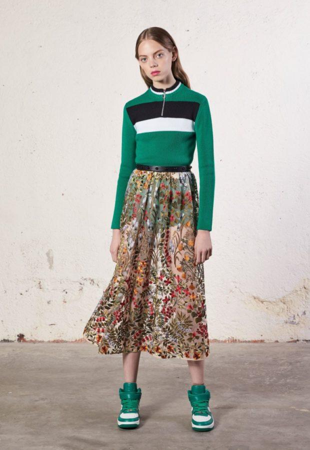 Модные образы весна лето 2021: юбка шифон в цветы зеленая кофта