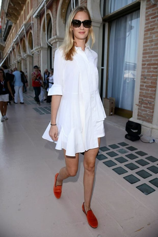 Модные образы весна лето 2021: платье рубашка белая с воланами
