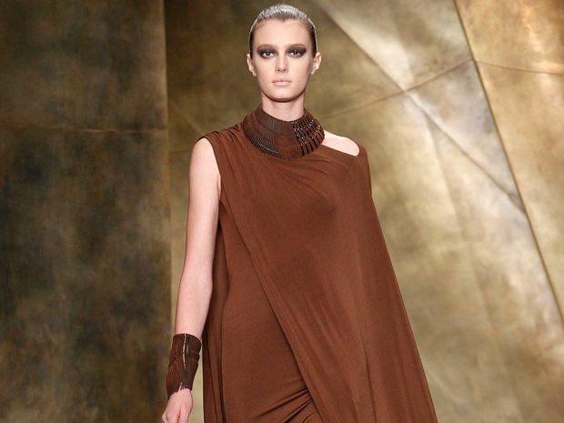 Модные образы весна лето 2018: платье коричневое накрыта рука
