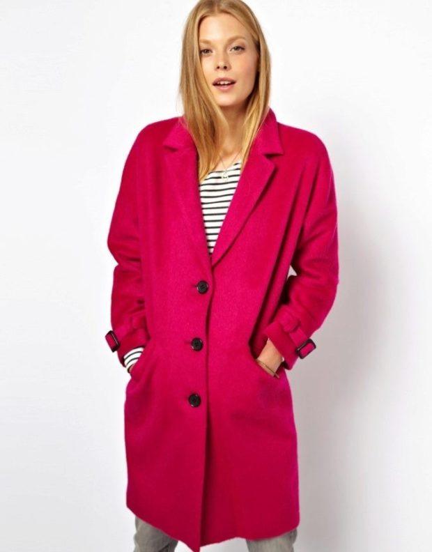 Модные образы весна лето 2021: малиновое пальто на пуговицах