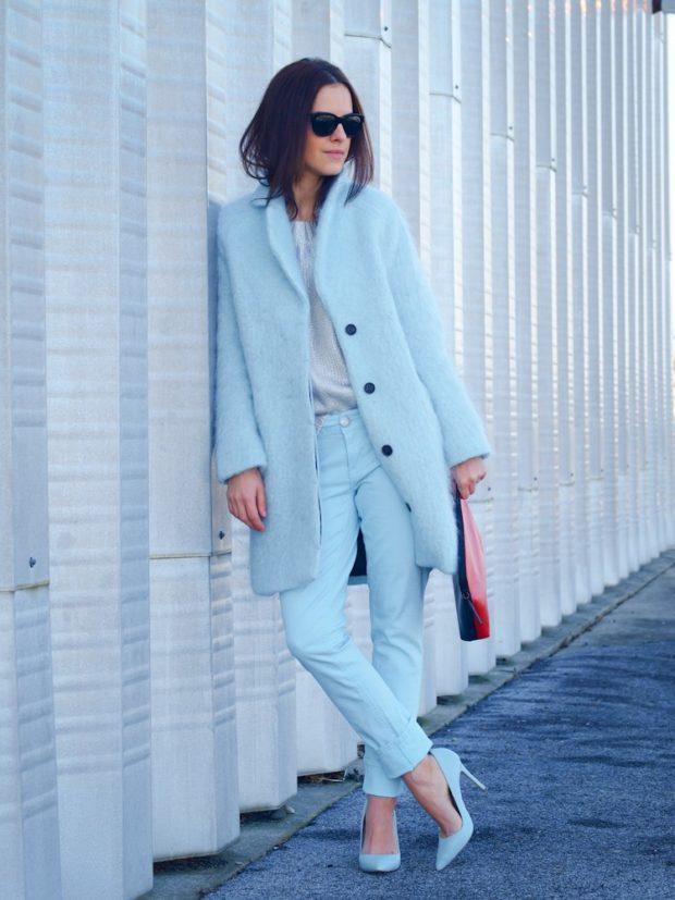 Модные образы весна лето 2021: пальто голубое прямой крой