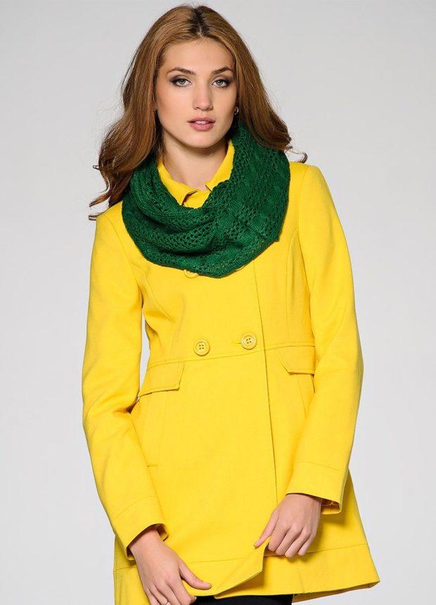 Модные образы весна лето 2021: пальто желтое короткое