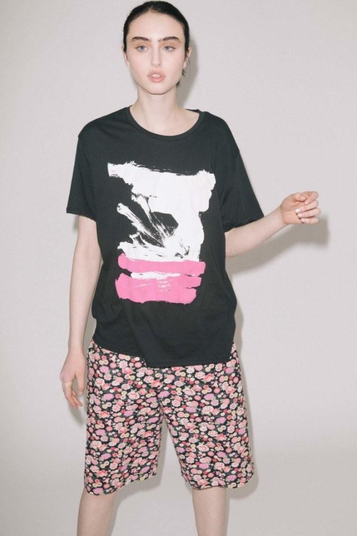 Модные образы весна лето 2018: футболка черная свободная с рисунком