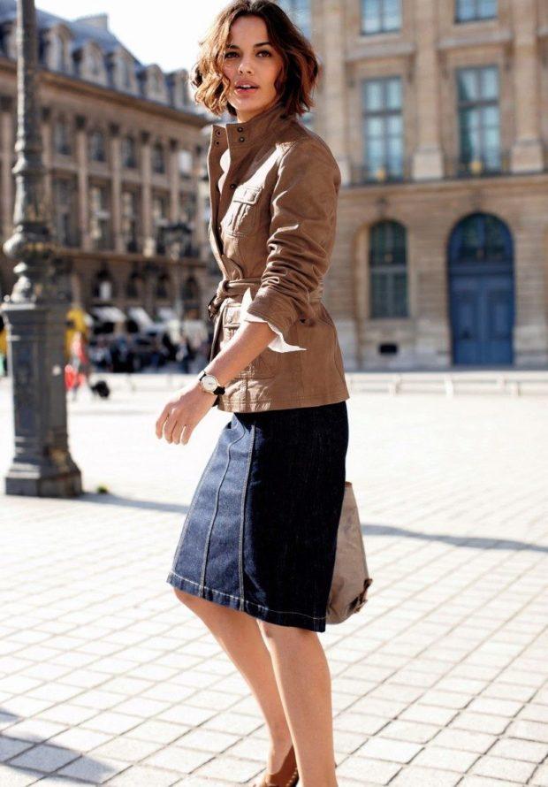 модные пиджаки осень зима 2020-2021: кожаный светлый под пояс