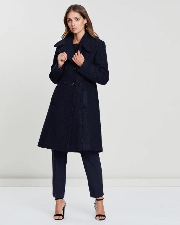 Модные образы весна лето 2021: пальто темно-синее