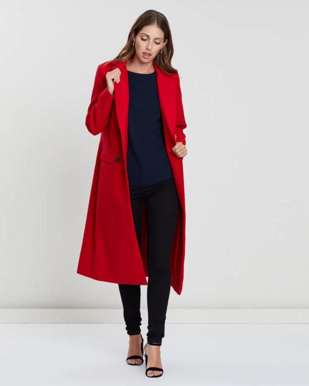 Модные образы весна лето 2021: пальто красное