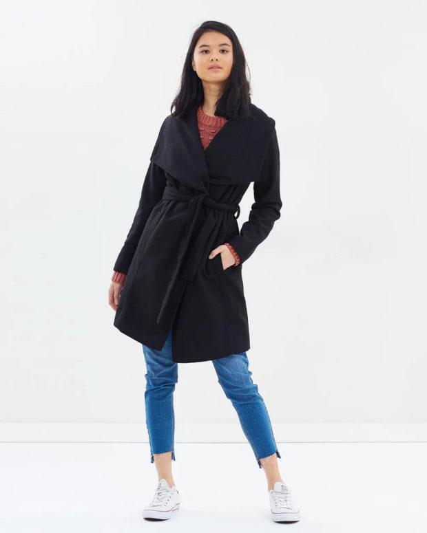 Модные образы весна лето 2021: пальто черное