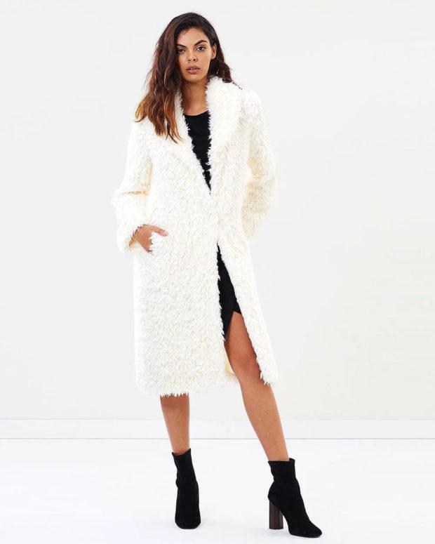 Модные образы весна лето 2021: пальто белый мех