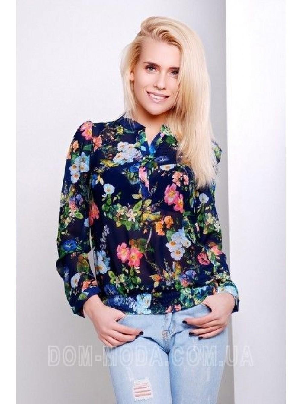 модные блузки 2018: блузка в цветы синяя