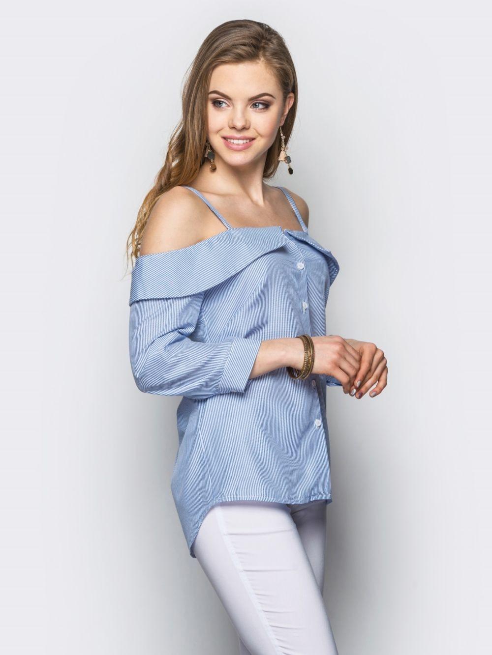 модные блузки 2018: с открытыми плечами голубая в полоску рукав длинный