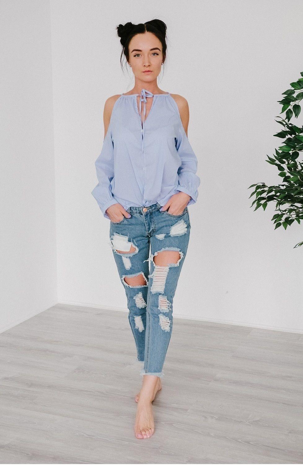 модные блузки 2018: с открытыми плечами голубая в полоску