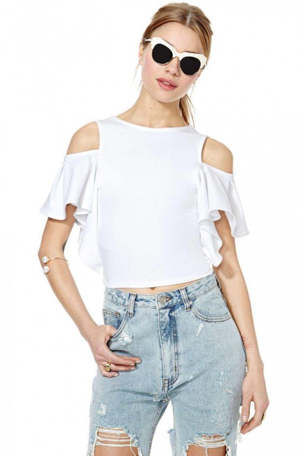 модные блузки: с открытыми плечами белая с воланами