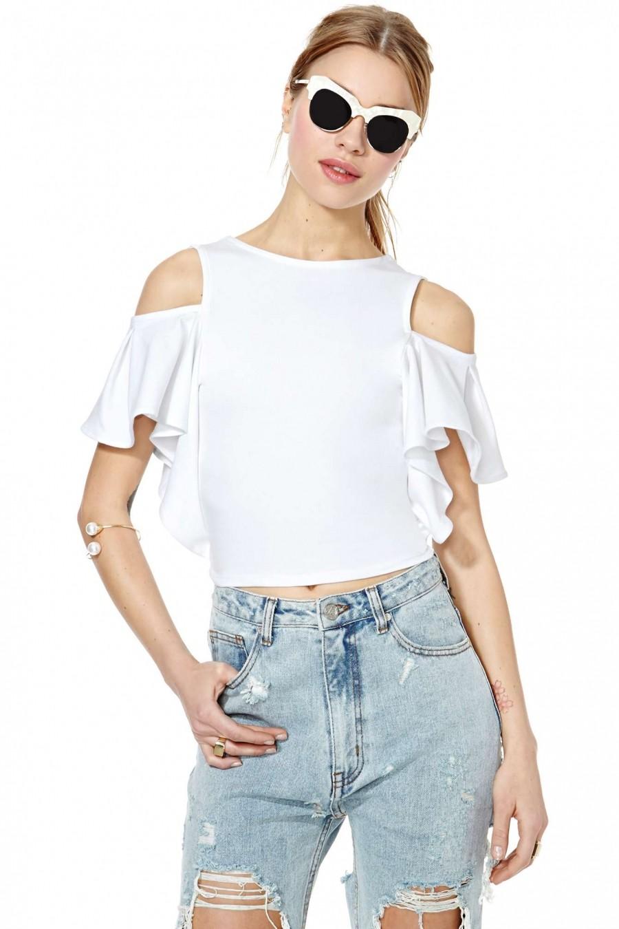 модные блузки 2018: с открытыми плечами белая с воланами