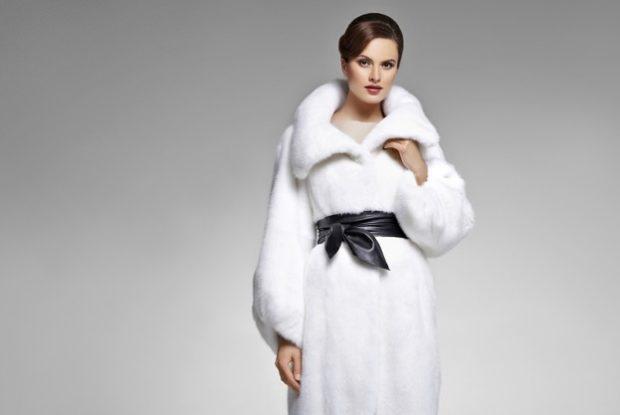 модные шубы 2018-2019: белая под черный пояс рукав длинный