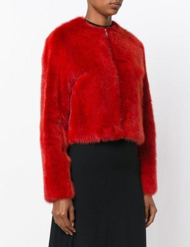 модные шубы 2019-2020: полушубок красный