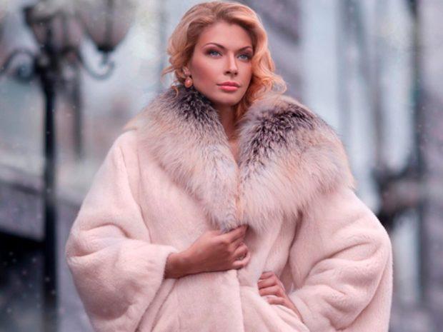 модные шубы 2019-2020: розовая с меховым воротом