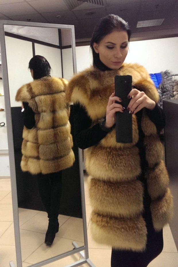 модные шубы 2019-2020: жилетка светлая лиса средняя длина