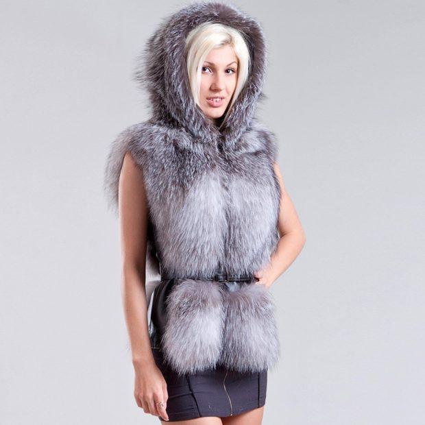 модные шубы 2019-2020: жилетка серая с капюшоном