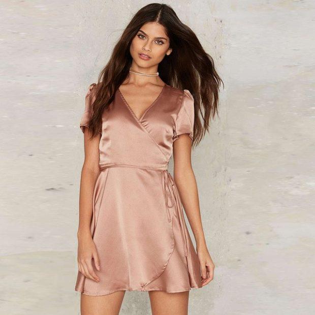 Платья вбельевом стиле весна лето 2018:платье с V-образным разрезом,бежевого цвета